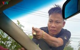 """Tuấn """"nhóc"""" đập vào ô tô đang bị vây chặn, yêu cầu mở cửa """"đòi xử"""" trung tá công an"""