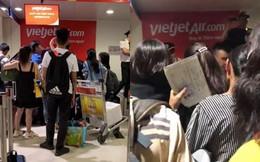 """Hành khách """"muốn đập điện thoại"""" sau chục cuộc gọi không thể liên lạc với tổng đài Vietjet"""