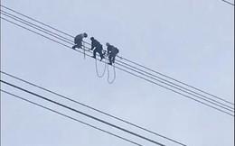 Hơn 50 người giải cứu nam thanh niên ngồi vắt vẻo trên dây điện cao thế ở Sơn La