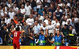 Salah bị ném cúp nhựa vì hành vi trêu tức CĐV Tottenham