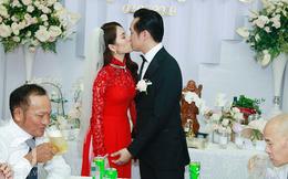 Cô dâu Sara Lưu thay áo dài đỏ làm lộ thêm vòng hai to tròn, rộ nghi án bầu bí