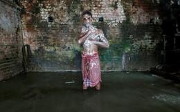 24h qua ảnh: Thanh niên Ấn Độ tắm với dòng nước đục ngầu trong tiết trời nắng nóng