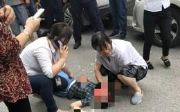 Đang đi trên đường, bé gái bất ngờ bị vật nặng từ tầng 17 rơi trúng đầu