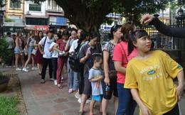 Sĩ tử, phụ huynh xếp hàng dài mua vé vào Văn Miếu cầu may trước ngày thi THPT