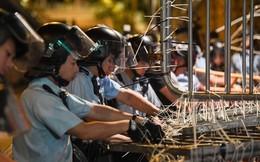 """24h qua ảnh: Cảnh sát Hong Kong dỡ bỏ rào chắn do người biểu tình """"lắp đặt"""""""