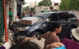 Ô tô 7 chỗ lao thẳng vào nhà dân, đâm sập bức tường dày