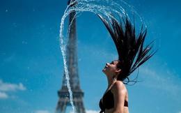 24h qua ảnh: Cô gái giải nhiệt mùa hè trong đài phun nước ở Paris