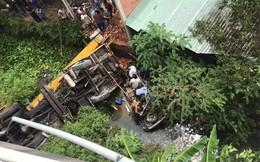 Hiện trường vụ xe tải cẩu đâm ô tô 7 chỗ bay qua cầu, lao thẳng xuống sông