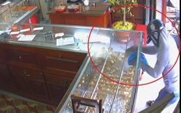 Đối tượng bịt khẩu trang dùng dao uy hiếp vợ chủ tiệm vàng để cướp