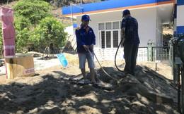 Cháy rừng ở Hà Tĩnh: Đổ cát, tưới nước lên nắp bể xăng hàng chục nghìn lít tránh cháy nổ