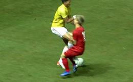 """CĐV Việt Nam phẫn nộ vì cầu thủ liên tục bị chơi xấu, Công Phượng dính cú đá vào """"chỗ hiểm"""""""