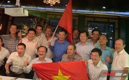 Bầu Đức, bầu Thắng cầm cờ Việt Nam mừng chiến thắng Thái Lan