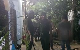 Hàng chục cảnh sát khống chế gã chồng nghi ngáo đá đâm vợ trọng thương