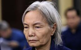"""""""Bà trùm"""" tóc bạc trắng của Ngân hàng Đông Á bị sốc, phải dìu ra ngoài khi nghe tòa tuyên án"""
