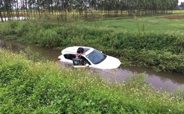 Đi trên đường làng, ô tô bỗng phi xuống mương, nước tràn vào ngập nửa xe