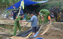 Vụ người đàn ông kẹt dưới hang nước: Công tác cứu hộ lại quay về xuất phát ban đầu do mưa lớn