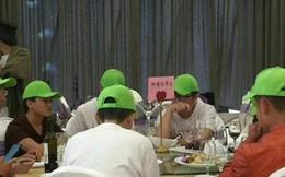 Cô gái mời tập thể người yêu cũ đi dự đám cưới, phát hẳn mũ xanh khi ngồi vào bàn