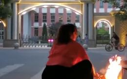Phụ huynh Trung Quốc đốt đồ cúng ở cổng trường trước kỳ thi khốc liệt