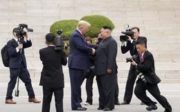 24h qua ảnh: Phóng viên vây quanh hai nhà lãnh đạo Mỹ-Triều