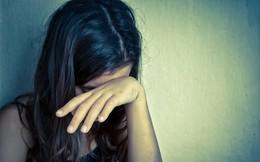 Mẹ đi làm, con gái 9 tuổi bị hàng xóm dâm ô rồi dặn không kể với ai