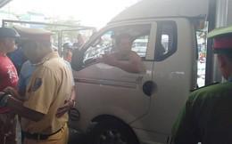 Gây tai nạn, tài xế ô tô tải lao xuống đấm thanh niên rồi lên xe bỏ chạy, trước khi cố thủ ở cabin