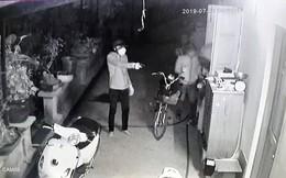 Clip: Người đàn ông dùng bình cứu hỏa chống trả nhóm trộm táo tợn thủ súng và roi điện, giải cứu con trai 15 tuổi bị khống chế