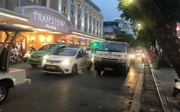 Hà Nội: Huy động cứu hoả, cấp cứu hỗ trợ tài xế nằm bất tỉnh trong ô tô giữa phố