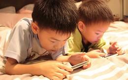 """Sử dụng điện thoại như một """"vú em"""", cha mẹ không hay biết tác hại khủng khiếp với con mình"""
