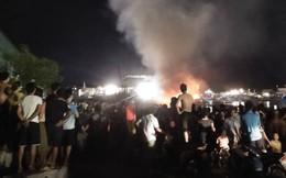 Tàu cá cháy dữ dội, cả nghìn người ra bờ sông dập lửa cứu tàu