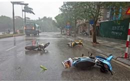 Hình ảnh hàng chục người trú dưới cầu, xe máy đổ la liệt trong mưa lớn liên tục được chia sẻ trên MXH