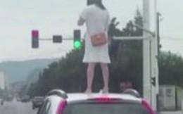 Video: Người phụ nữ nhảy lên nóc ô tô giậm chân chống đối chồng và cái kết bẽ bàng