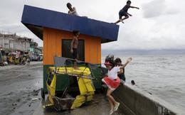 24h qua ảnh: Trẻ em Philippines chơi đùa trên bờ biển sau bão
