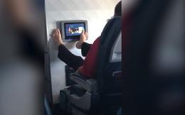 """Người đàn ông nhận """"mưa gạch đá"""" khi thản nhiên dùng chân điều khiển màn hình giải trí trên máy bay"""