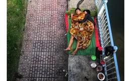Khoảnh khắc đôi vợ chồng vô gia cư ôm nhau ngủ dưới cầu ở Sài Gòn khiến ai qua cũng dừng lại