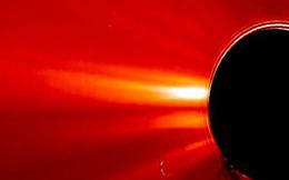 UFO khổng lồ xuất hiện gần Mặt Trời trong video của NASA?