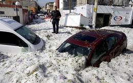 24h qua ảnh: Mưa đá chôn vùi ô tô trên đường phố Mexico