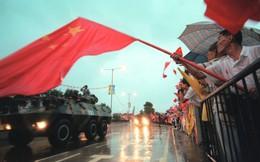 """Quốc huy TQ bị xúc phạm, Hồng Kông nóng rực, khi nào Quân giải phóng động binh """"dẹp loạn""""?"""