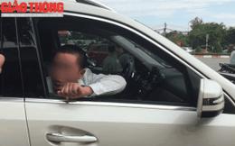 """Vụ người xưng chủ xe Mercedes giơ xấp tiền """"cố thủ"""" trên xe: CSGT nói gì?"""