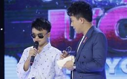 Trấn Thành tặng kính 20 triệu và 5 triệu tiền mặt cho chàng trai khiếm thị 17 tuổi