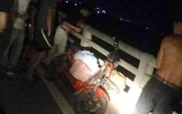 Nửa đêm vợ trẻ đi xe đạp điện, mang giỏ đồ ra nhảy cầu tự tử
