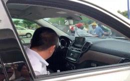 """Người """"cố thủ trong xe Mercedes 5 tỷ 2"""" không liên quan vi phạm giao thông"""