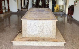 Ngôi mộ đặt giữa phòng khách căn biệt thự ở Bến Tre trên báo nước ngoài