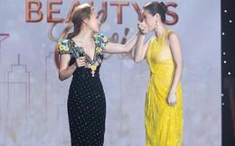 Hoa hậu Thu Hoài gây bất ngờ khi hôn tay Mỹ Tâm