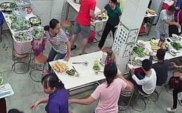 Nhóm người lạ liên tục khủng bố quán phở ở Sài Gòn bằng mắm tôm, sơn đỏ