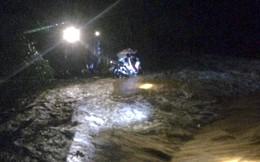 Cố đi qua cầu ngập nước lũ, người đàn ông bị cuốn trôi mắc vào bụi tre