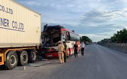 Xe khách chở đoàn du lịch tông đuôi xe container, hàng chục người thương vong