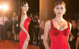 Hoa hậu Trần Tiểu Vy khoe chân dài miên man, xinh đẹp nổi bật giữa dàn hoa hậu đình đám