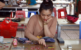 Cận cảnh những viên đá quý long lanh bày bán ở chợ đá quý Lục Yên, Yên Bái