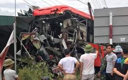 Xe khách chở hơn 20 người chạy loạng quạng rồi lao vào nhà dân, nát bét phần đầu