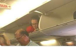 Hài hước khoảnh khắc tiếp viên hàng không nằm trong khoang chứa hành lý để đón khách